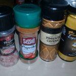 Se agrega sal, paprika, pimienta de cayena y cúrcuma a la naranja.
